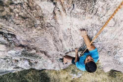 hombre escalando una roca