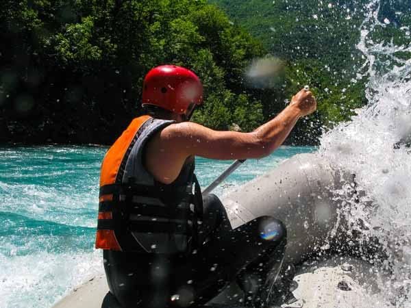 hombre haciendo rafting o balsismo