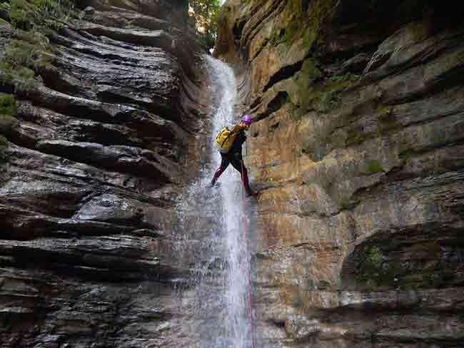 Chica descendiendo un barranco