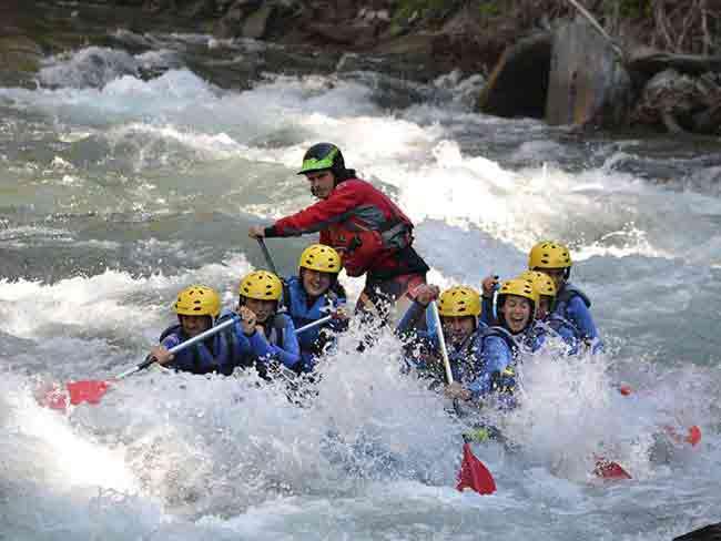 Grupo de personas haciendo rafting
