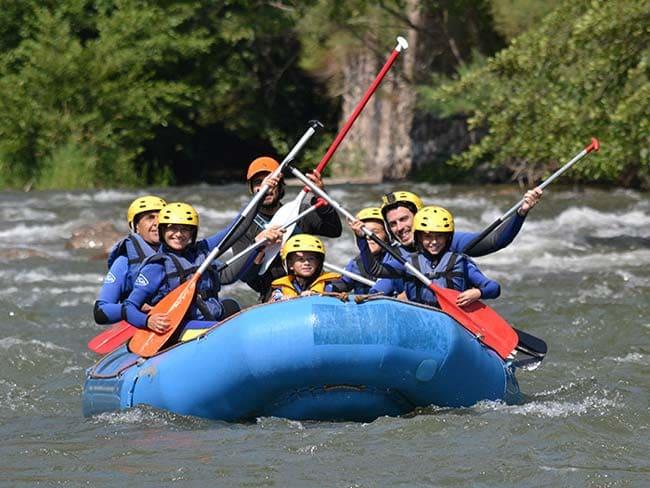Grupo feliz haciendo rafting en Llavorsí