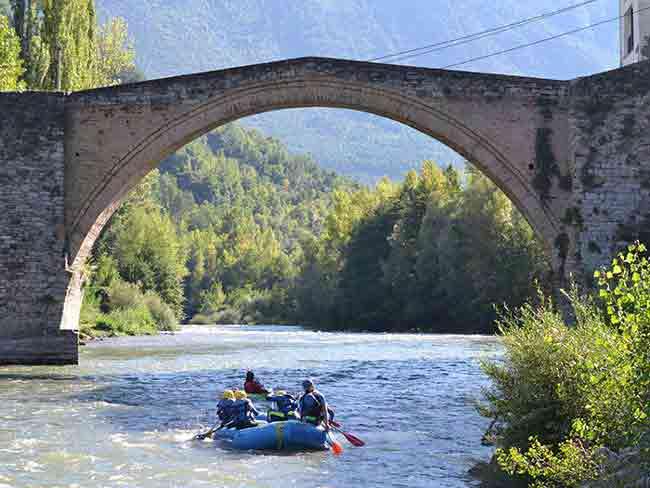 Pasando por debajo de un puente en rafting