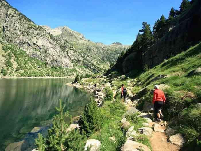 Grupo haciendo ruta por parque natural Aigüestortes